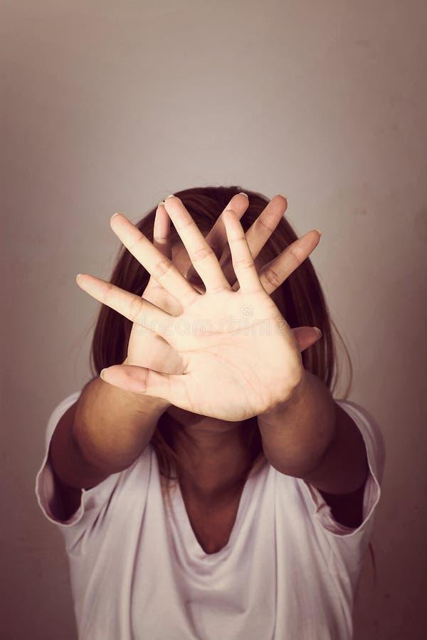 Donna con le sue mani che segnalano per fermarsi isolato immagine stock libera da diritti