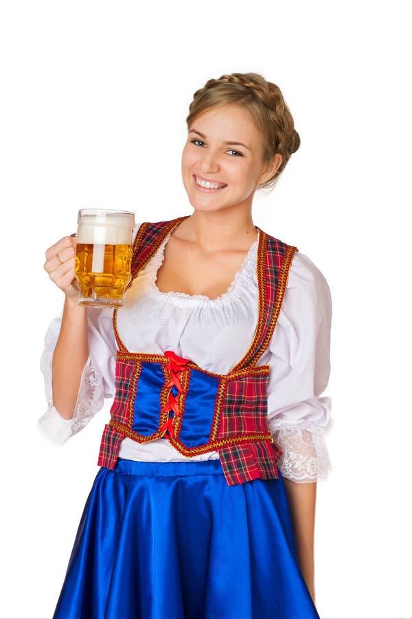 Donna con le tazze di birra immagine stock libera da diritti