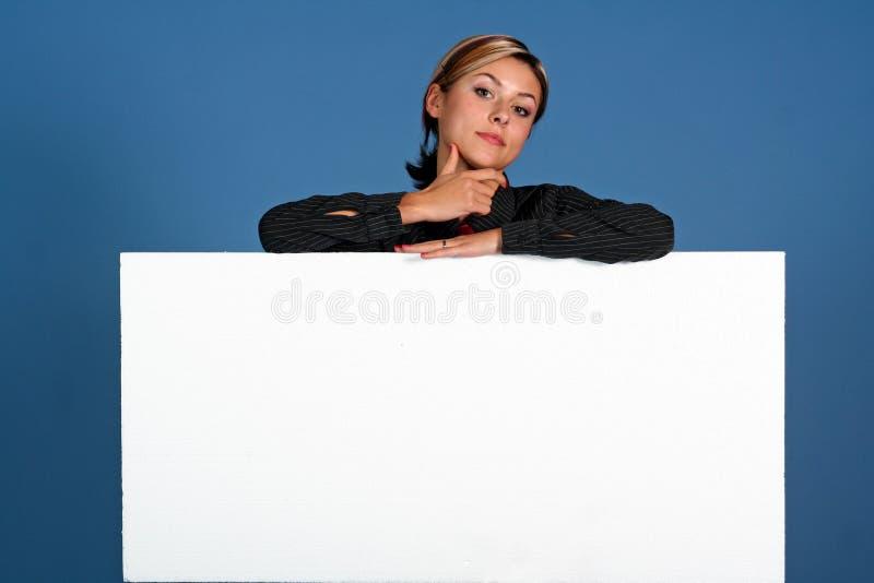 Donna con lo schermo bianco fotografie stock libere da diritti