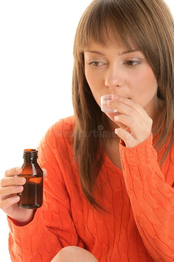 Donna con lo sciroppo di tosse immagine stock