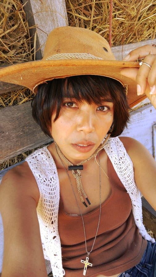 Donna con lo sguardo del cowgirl immagini stock