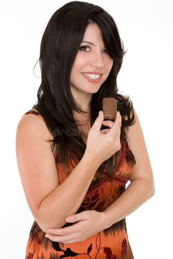 Donna con lo spuntino del cioccolato fotografia stock libera da diritti