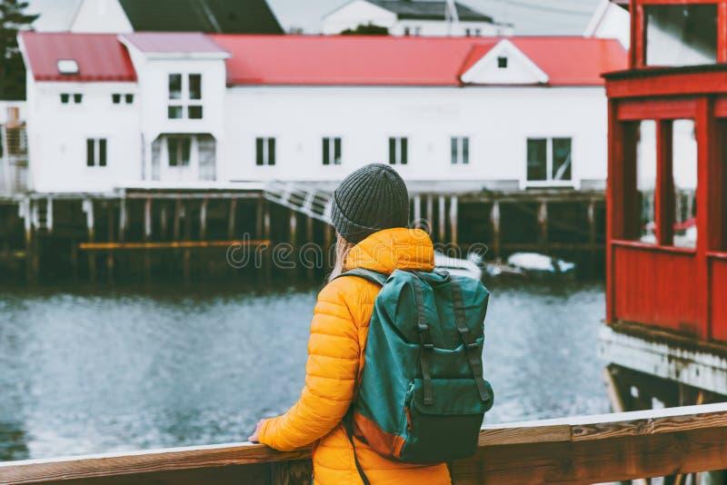 Donna con lo zaino che viaggia nell'avventura facente un giro turistico di concetto di stile di vita di viaggio della Norvegia fotografia stock libera da diritti