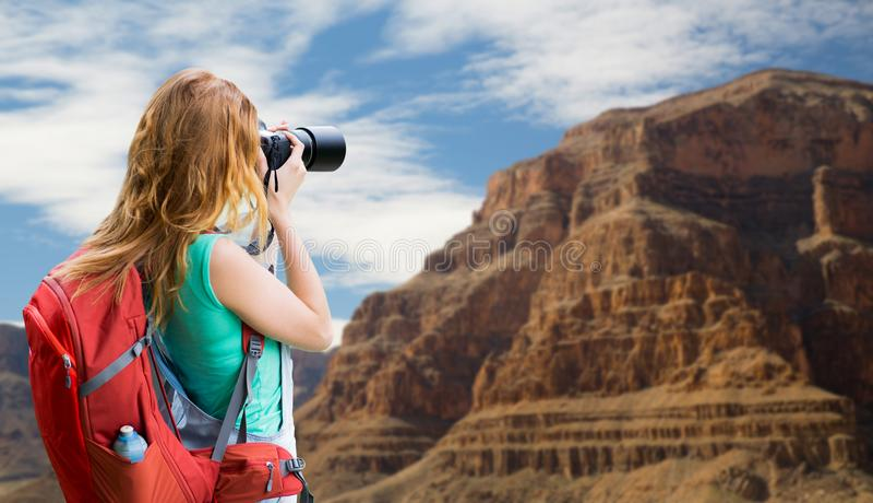 Donna con lo zaino e macchina fotografica al Grand Canyon immagini stock