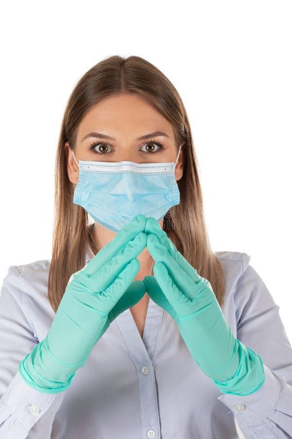 Donna con maschera e guanti in isolamento immagine stock