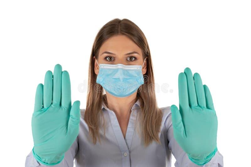 Donna con maschera e guanti in isolamento fotografia stock
