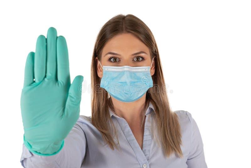 Donna con maschera e guanti in isolamento fotografia stock libera da diritti