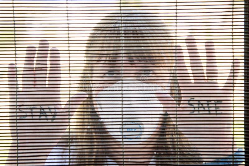 Donna con mascherina medica Quarantena durante la pandemia di Coronavirus fotografia stock