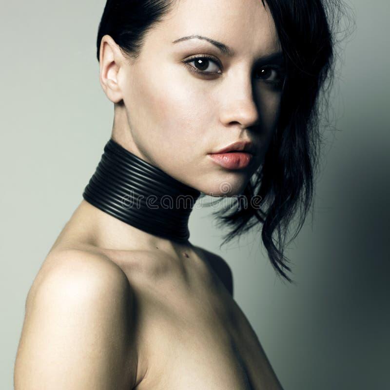 Donna con monili moderni immagini stock libere da diritti
