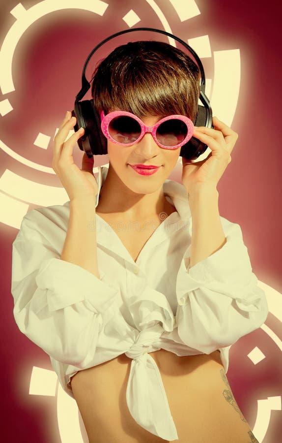 Donna con musica d'ascolto delle cuffie immagini stock
