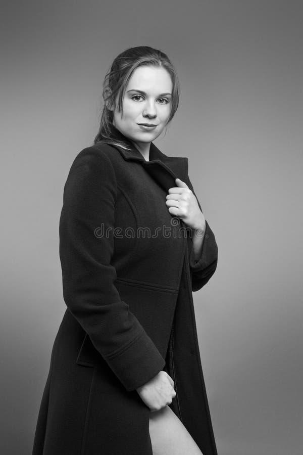Donna con nel grande cappotto fotografia stock libera da diritti
