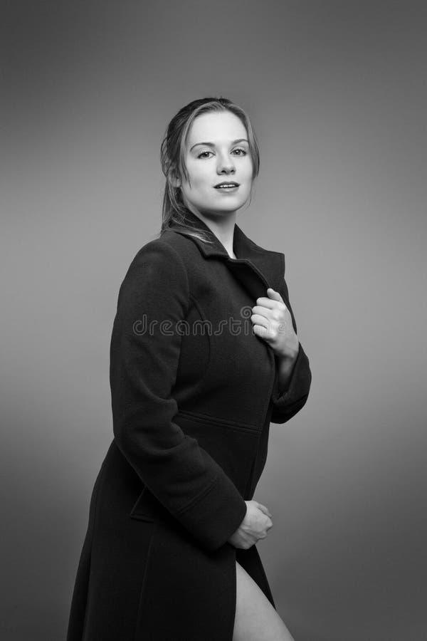 Donna con nel grande cappotto fotografia stock