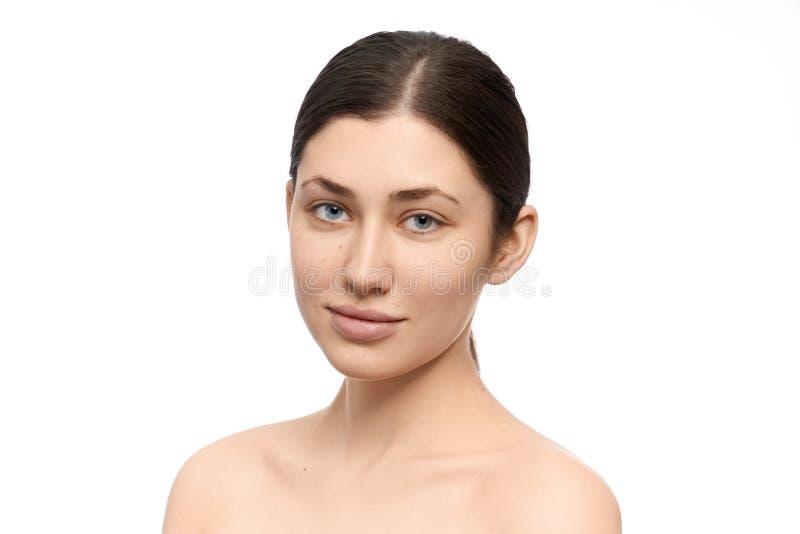Donna con occhi azzurri in posizione su fondo bianco isolato fotografie stock libere da diritti