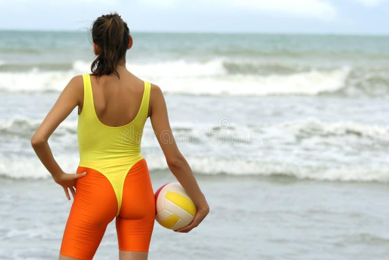 Donna con pallavolo immagine stock libera da diritti