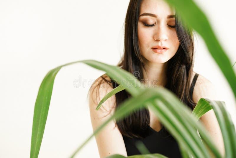 Donna con pianta su fondo bianco con lo spazio della copia foto di modo di estate Concetto di cura di pelle, bio- prodotto immagine stock libera da diritti