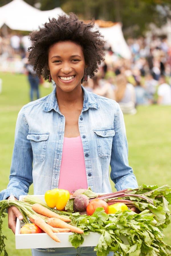 Donna con prodotti freschi comprati al mercato all'aperto degli agricoltori immagine stock libera da diritti