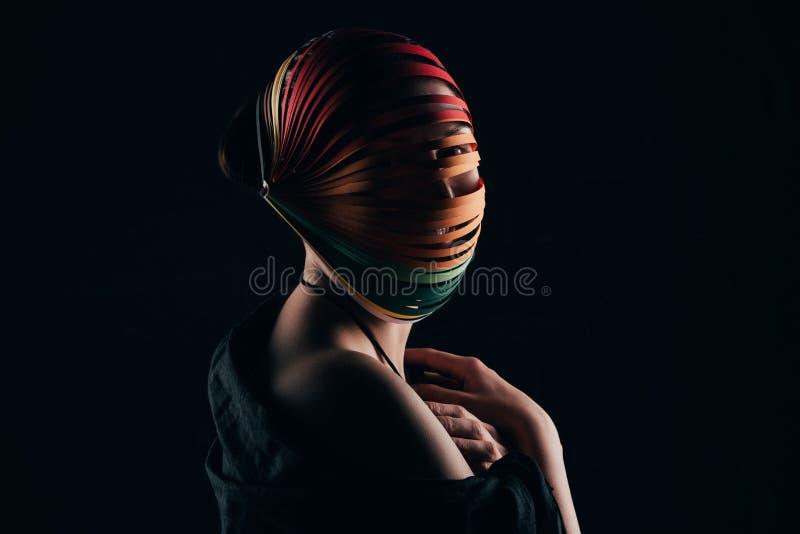 Donna con quilling colorato di carta sulla spalla capa e nuda fotografia stock