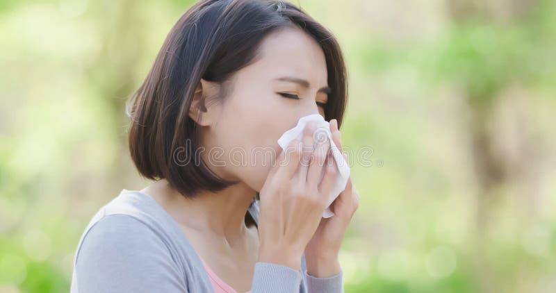 Donna con raffreddore da fieno fotografie stock