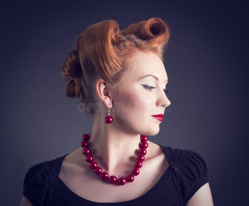 Donna con retro stile di capelli dorato immagini stock