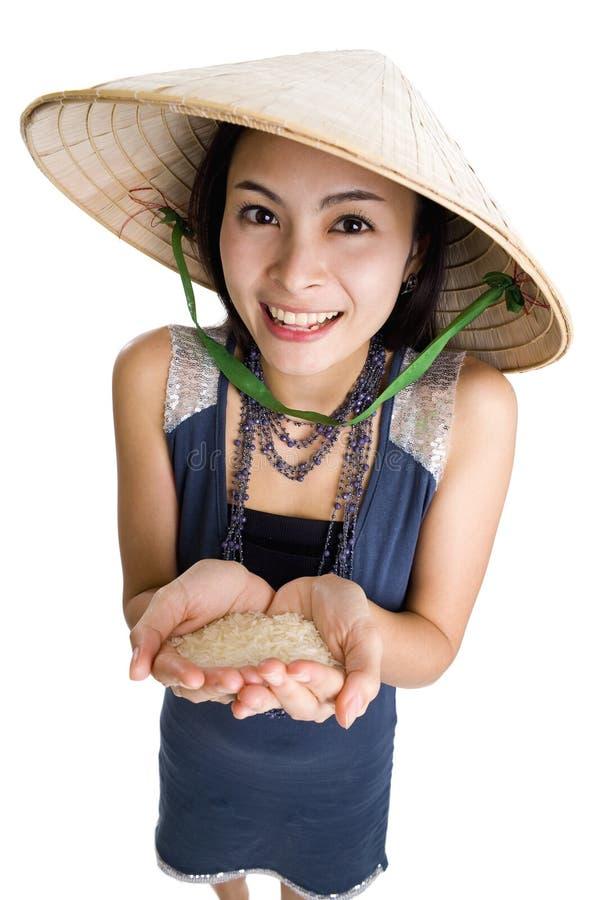 Donna con riso in sue mani fotografie stock libere da diritti