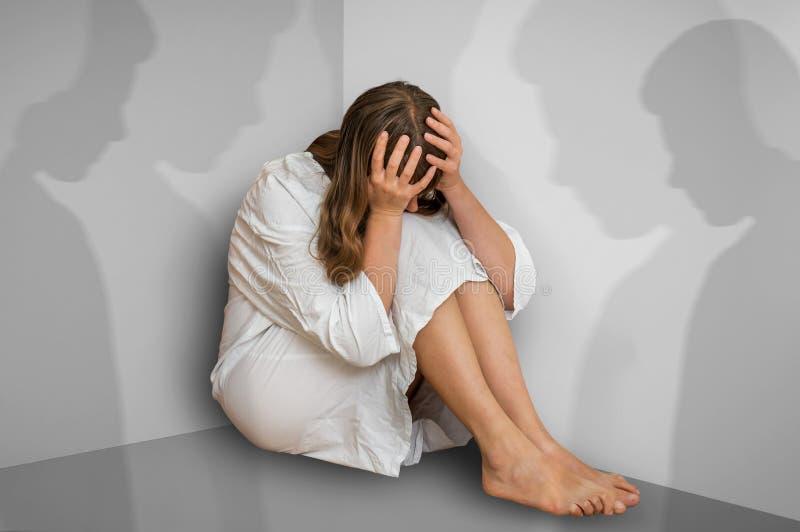 Donna con schizofrenia a stanza con le ombre della gente fotografia stock libera da diritti