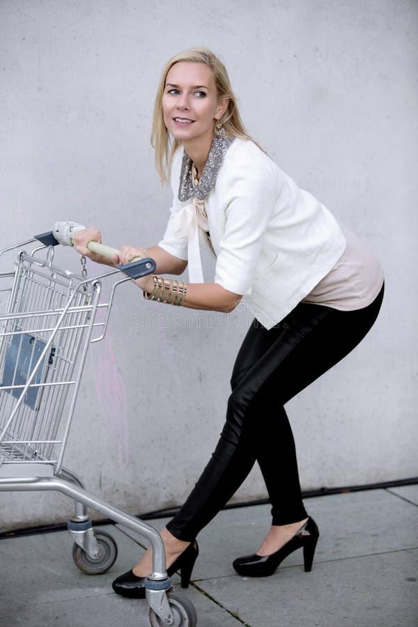 Donna con shoppingcart immagine stock libera da diritti