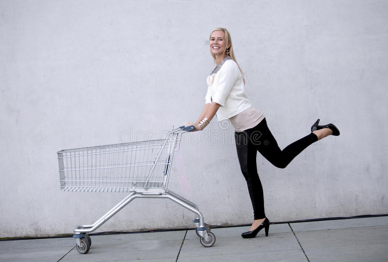Donna con shoppingcart fotografie stock libere da diritti