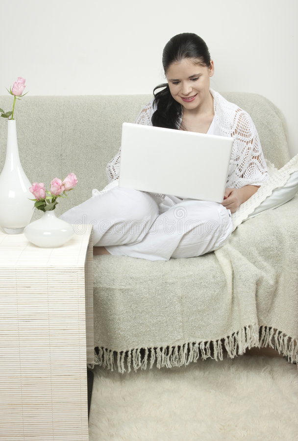 Donna con sorridere bianco del calcolatore fotografia stock