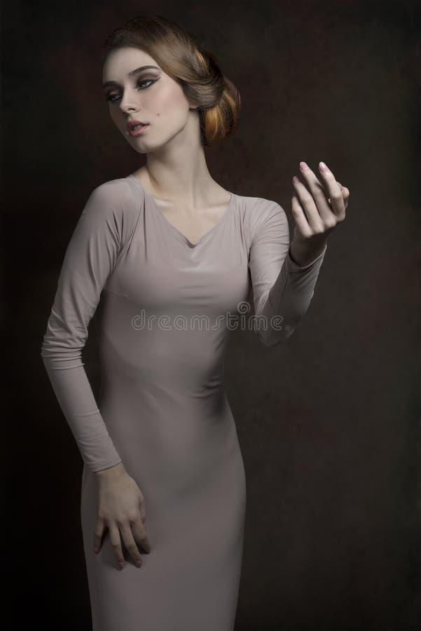 Donna con stile elegante di modo immagine stock libera da diritti