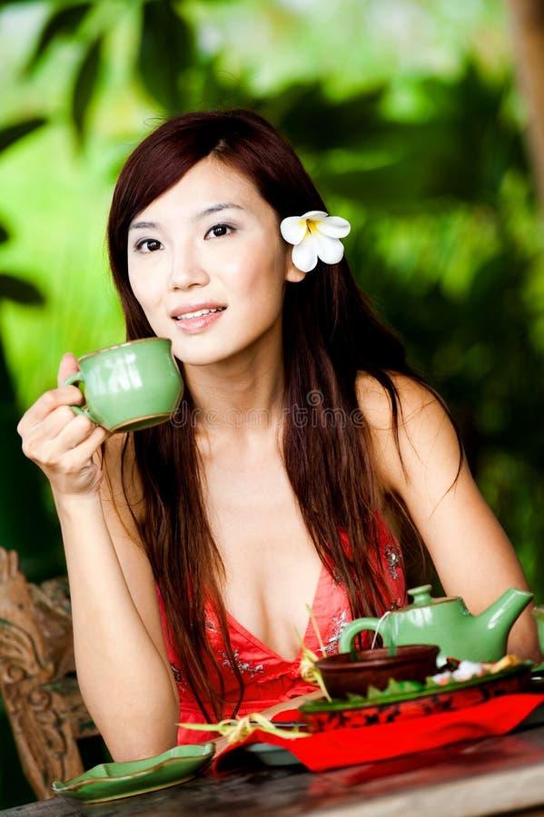 Donna con tè fotografie stock libere da diritti