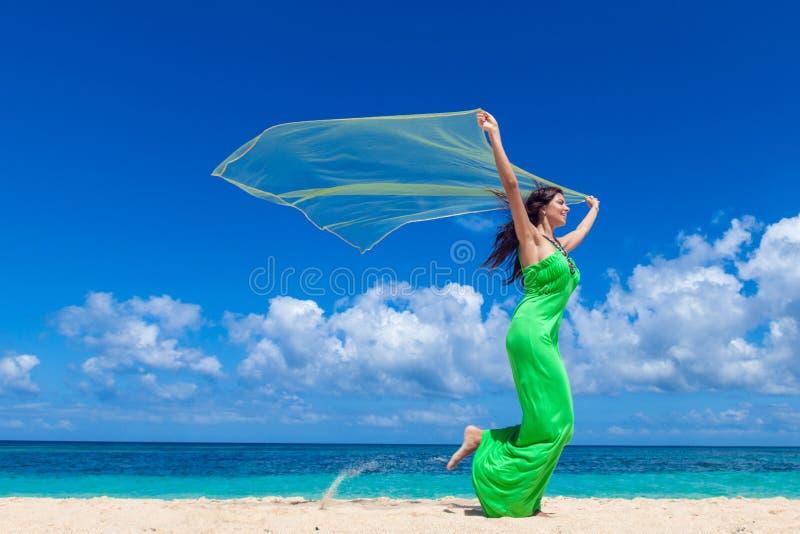 Donna con tessuto sulla spiaggia fotografie stock libere da diritti