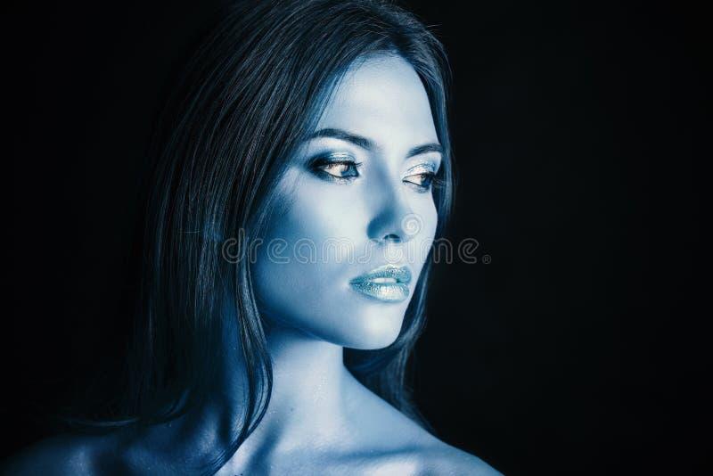 Donna con trucco blu immagine stock