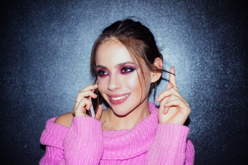 Donna con trucco di modo Skincare dei cosmetici di trucco Salone di bellezza Ritratto di modo della donna Ragazza con rossetto so immagine stock