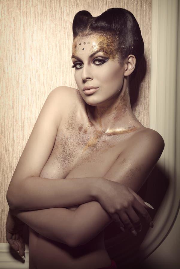 Donna con trucco dorato di lusso fotografie stock libere da diritti