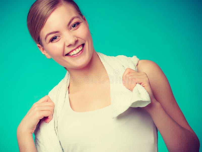 Donna con un asciugamano intorno a suo sorridere delle spalle immagine stock