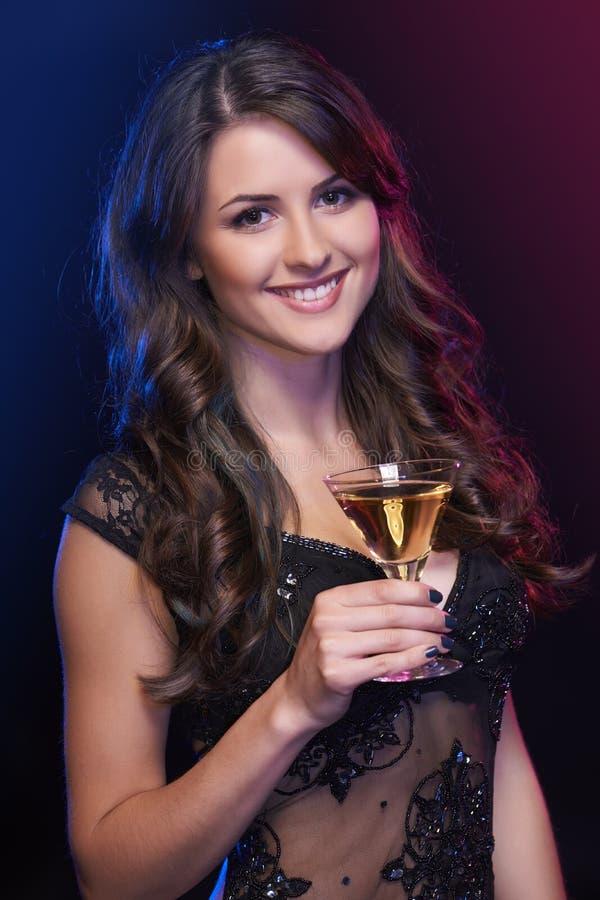 Donna con un cocktail fotografie stock libere da diritti