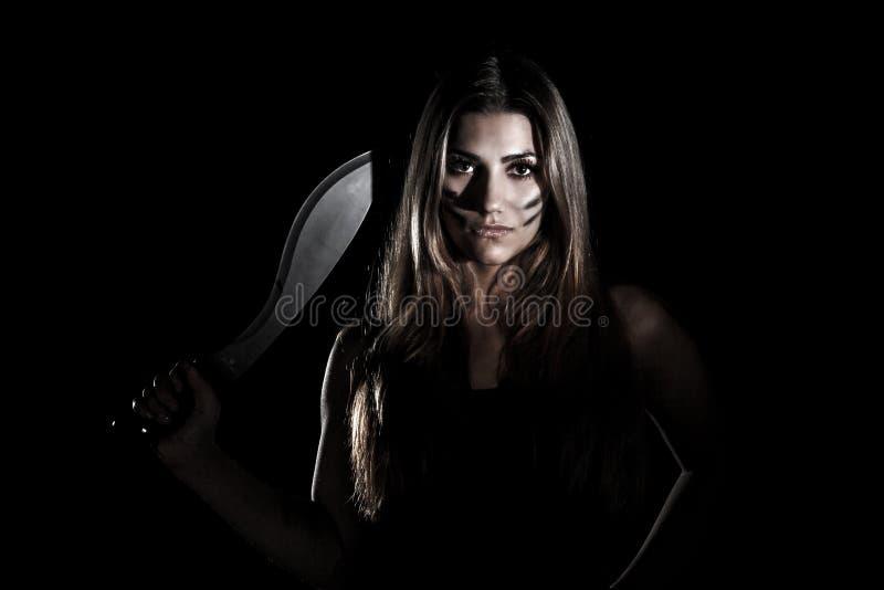 Donna con un coltello enorme immagine stock