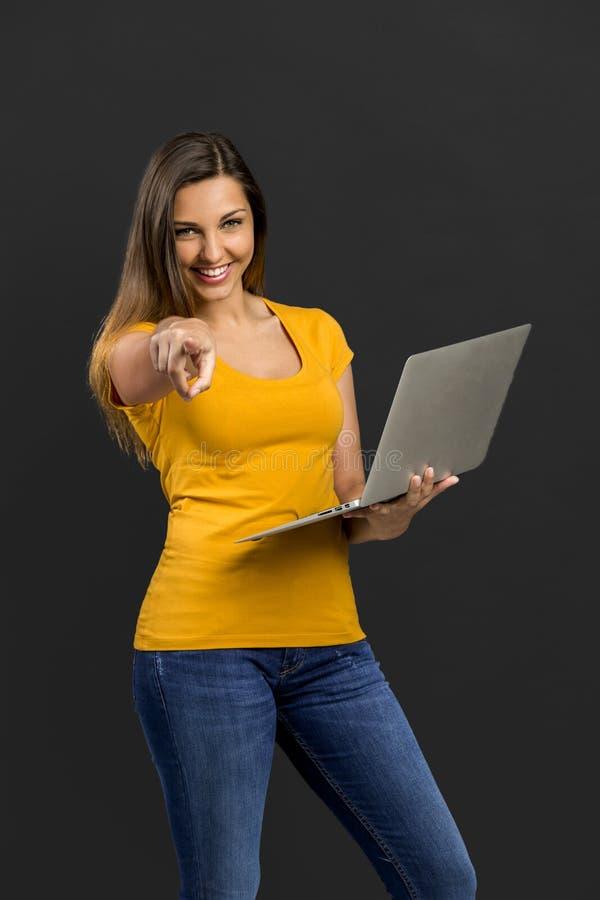 Donna con un computer portatile fotografie stock libere da diritti