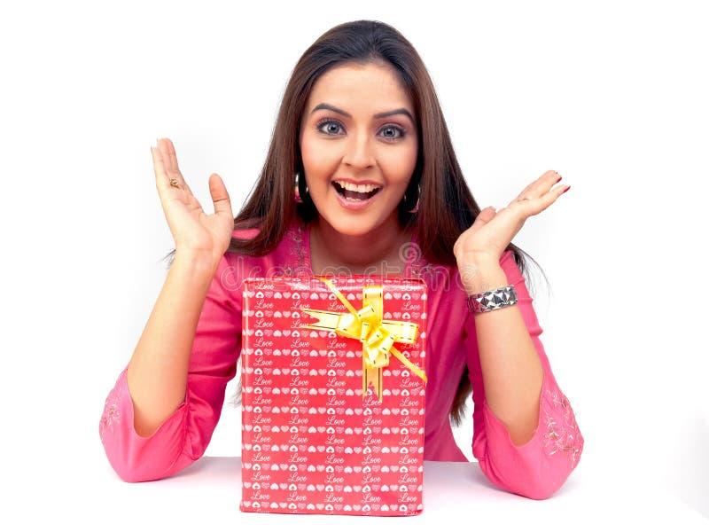 Donna con un contenitore di regalo immagini stock libere da diritti