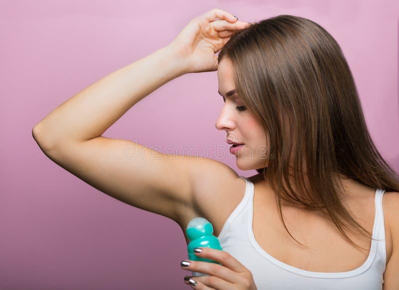 Donna con un deodorante fotografia stock libera da diritti
