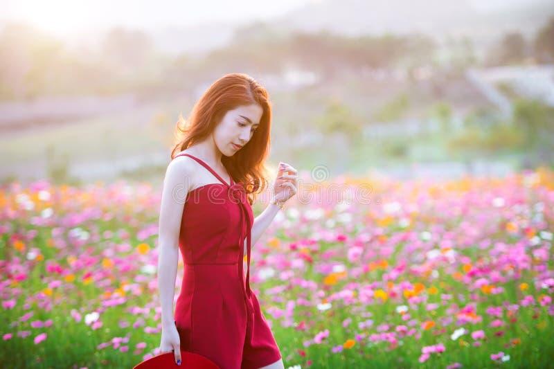 Donna con un fiore dell'universo fotografia stock libera da diritti