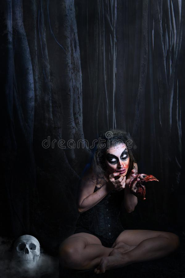 Donna con un fronte sanguinoso in sue mani fotografia stock libera da diritti