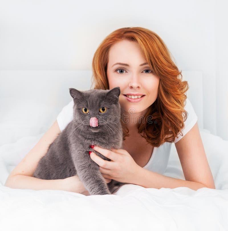 Donna con un gatto immagine stock