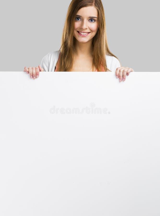 Donna con un grande bordo in bianco fotografia stock libera da diritti
