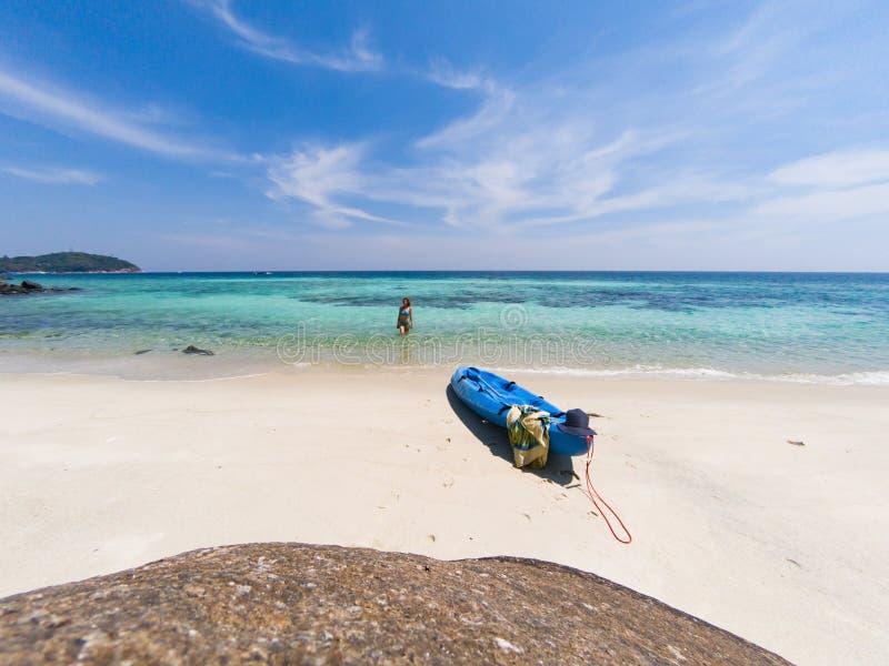 donna con un kajak su una spiaggia isolata in mare delle Andamane, Koh Lipe - viaggio solo fotografia stock libera da diritti