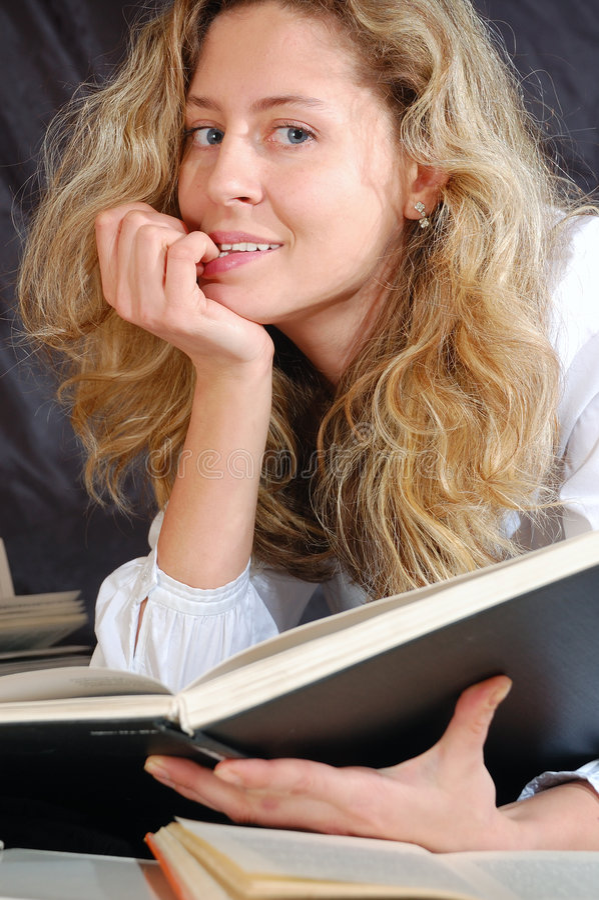 Donna con un libro fotografia stock libera da diritti