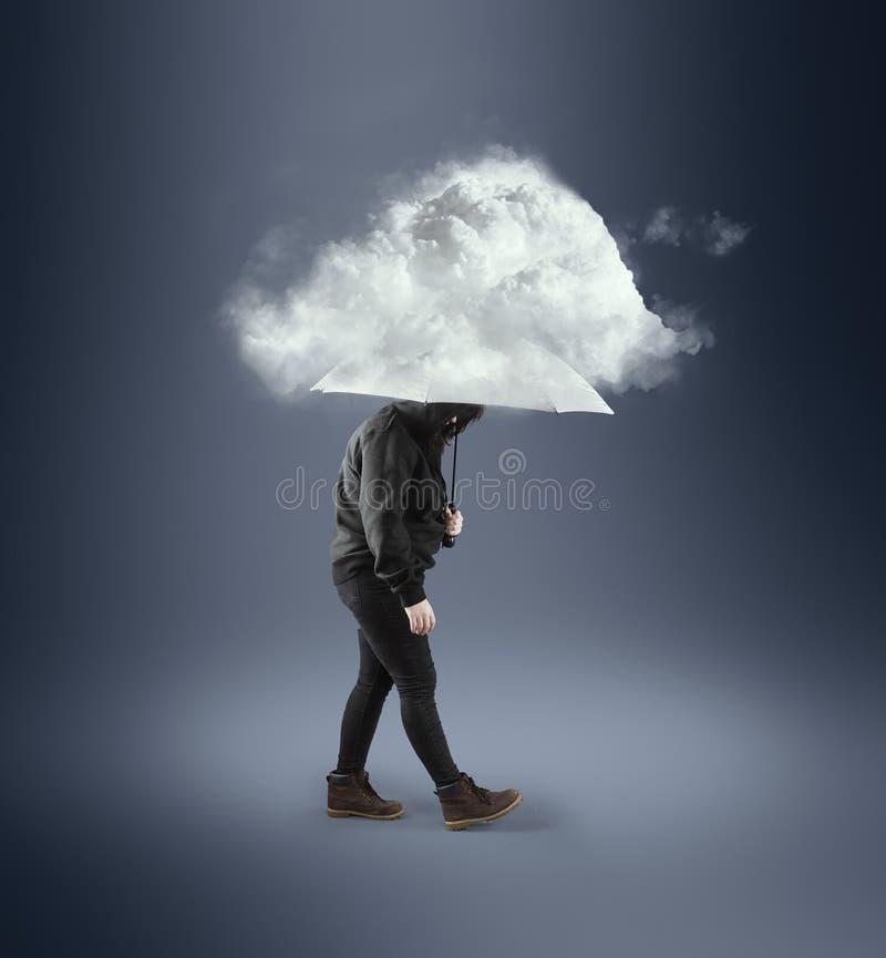 Donna con un ombrello sotto un piovoso fotografia stock