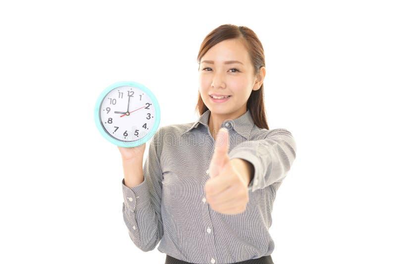 Donna con un orologio fotografie stock libere da diritti