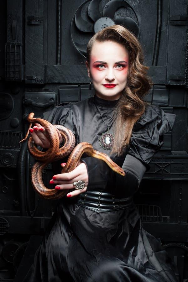 Donna con un serpente immagine stock