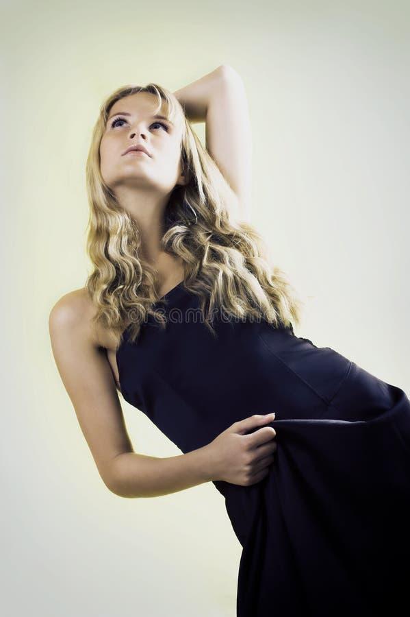 donna con un vestito nero immagine stock